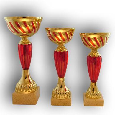 Кубки золотого и красного цвета. Чаша металлическая, стем пластиковый. На основании из бежевого мрамора.